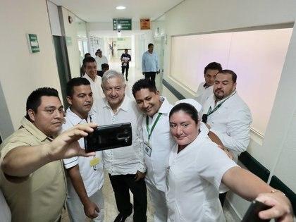 Andrés Manuel López Obrador con equipo del Hospital Rural Ocozocoautla, Chiapas, en 2019 (Foto: Presidencia / Cuartoscuro)