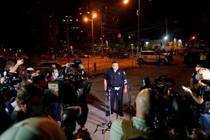 Un agente de policía habla a la prensa durante las manifestaciones por la muerte de Breonna Taylor.