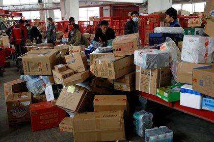 """Centro de logística de JD.com durante el """"Día de los Solteros"""" del 2020 en China. REUTERS/Tingshu Wang"""