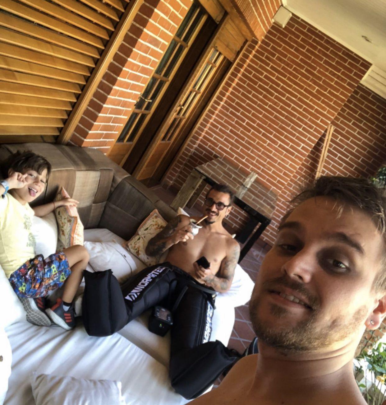Osvaldo recuperándose en su casa junto a su hermano y su hijo
