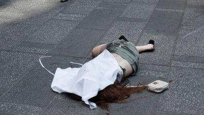 El cuerpo de la mujer fue cubierto por una tela (Reuters)