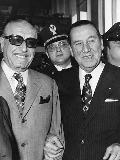 """Héctor Cámpora y Juan Perón. El presidente pronunció un duro discurso contra """"todo aquel que esté comiendo y robando en el gobierno"""". Sin nombrarlo, estaba hablando de Juan Duarte. El político justicialista, en tanto, estuvo con el hermano de Evita en la última noche de su vida antes de la tragedia"""