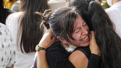 Familiares se despiden de sus seres queridos asesinados en una de las masacres de los últimos días en Colombia (Leonardo CASTRO / AFP)