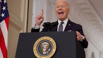 """Biden advirtió que a los estadounidenses durante su primer mensaje:  """"Si no seguimos atentos, tal vez tengamos que volver a imponer restricciones. No queremos hacer eso"""""""