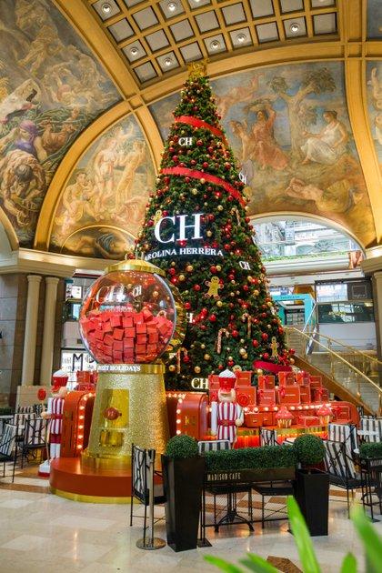 Bajo la emblemática cúpula del centro comercial Galerías Pacífico se encuentra del árbol diseñado por la marca Carolina Herrera que podrá ser visitado hasta el 6 de enero.
