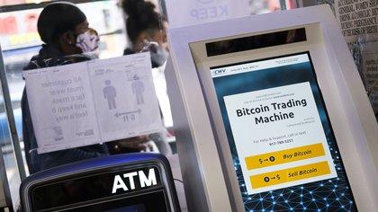 La criptomoneda ha ido desarrollando una infraestructura financiera que le permite llegar a un público cada vez más amplio. En la imagen, ATM para operar en bitcoins  EFE/EPA/JUSTIN LANE/Archivo