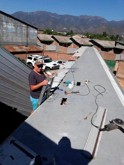Juan Carlos Andrade, durante el proceso de reconversión del avión en su motel.