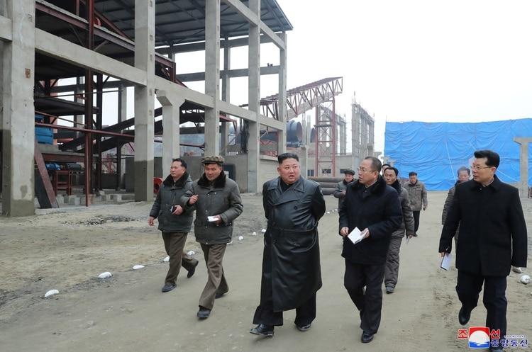 Kim Jong Un recorre una fábrica de fertilizantes en Sunchon, el 6 de enero de 2020 (KCNA vía REUTERS)