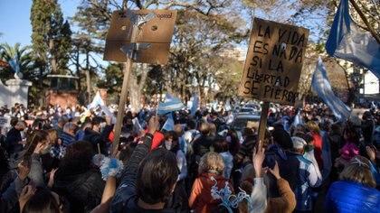 Miles de personas se reunieron en la puerta de la residencia presidencial, en Olivos (Adrián Escandar)