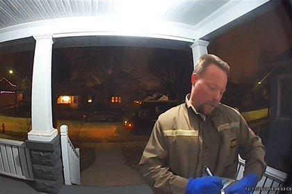 Captaron en cámaras a trabajador de mensajería UPS con actitudes racistas (Foto: captura NBC)