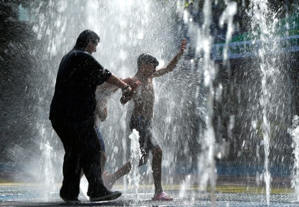 Habitantes de Tbilisi, Georgia, buscan refrescarse ante el intenso calor (Reuters)