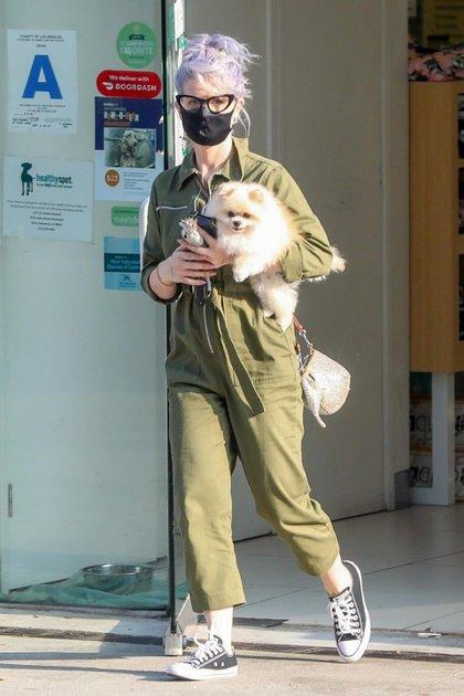 Kelly Osbourne paseó junto a su perro de raza Pomerania. La cantante recogió a su mascota de la peluquería canina en Los Ángeles y sorprendió con su look trendy casual: un mono largo de color verde musgo, una cartera bandolera y zapatillas de lona