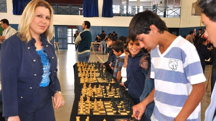 Susan Polgar en una de sus visitas a la Argentina, en 2008, con niños ajedrecistas en la provincia de San Luis.