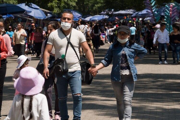 Personas pasean de manera normal en el Bosque de Chapultepec a pesar de la alerta sanitaria por el Covid-19 y los 316 casos confirmados (Foto: Cuartoscuro)