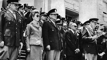 El general Jorge Carcagno, Isabel Perón y el presidente Perón durante un acto castrense