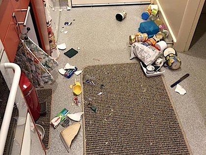 Contenedores de comida y artículos de cocina en el suelo tras los fuertes temblores