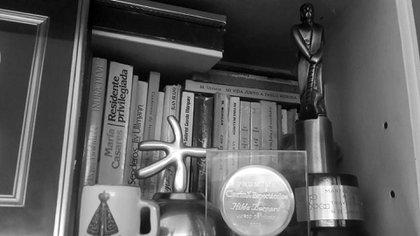 El estante de su biblioteca, con algunos de los premios que ganó a lo largo de su carrera