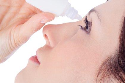 Las gotas naturales ayudan a mantener la humedad ocular