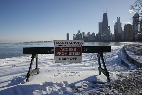 Un cartel advierte a los transeúntes cerca al lago Michigan, en Chicago