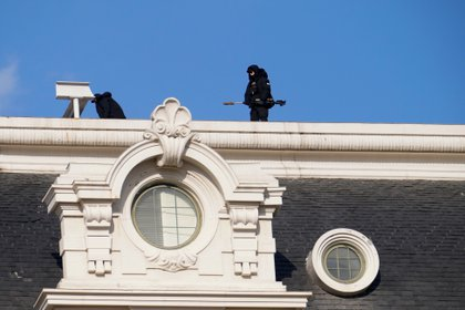 """Snipers on a roof on Biden's Inauguration Day. The Secret Service will have """"the old threats and now new threats too - you have to worry about anything from a switchblade to a drone that might have explosives""""said a former agent. (REUTERS / Erin Scott)"""