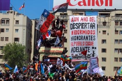 Miles de chilenos se movilizaron para celebrar el primer aniversario de las protestas sociales del año pasado (José Francisco Zuñiga/Agencia Uno)