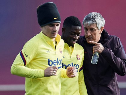 El entrenador del FC Barcelona Quique Setién (d) conversa con los jugadores franceses Antoine Griezmann (i) y Ousmane Dembelé (c). EFE/Alejandro García/Archivo