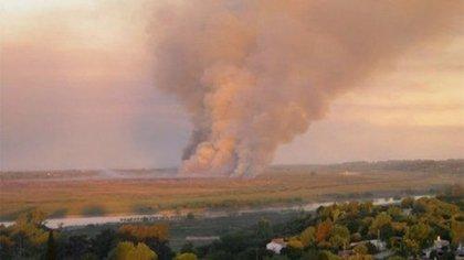 La quema de pastizales en el Delta del Paraná (Twitter: @DeAcaEnMas951)