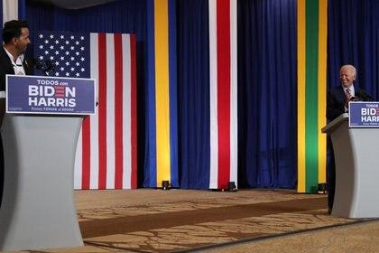 Joe Biden habla en el escenario con el músico Luis Fonsi durante un evento del Mes de la Herencia Hispana al que asistió en el Osceola Heritage Park en Kissimmee, Florida, EE.UU., el 15 de septiembre de 2020. (REUTERS/Leah Millis)