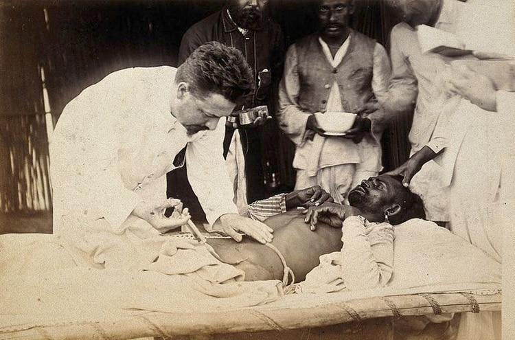 El doctor Simmonds inyectando su suero curativo en un paciente durante el brote de la peste bubónica en Karachi, India. Fotografía de 1897 (Foto: Wikipedia)