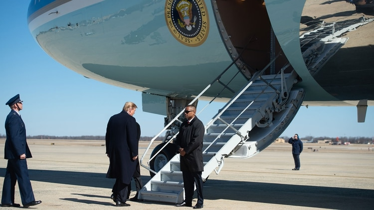 Trump subiendo al Air Force One (AFP)