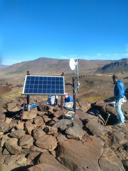 Panel solar de alimentación de los sensores en la ladera del Volcán Copahue