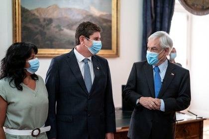 Sebastián Piñera junto a su nuevo ministro Rodrigo Cerdá este martes (Presidencia de Chile vía REUTERS)