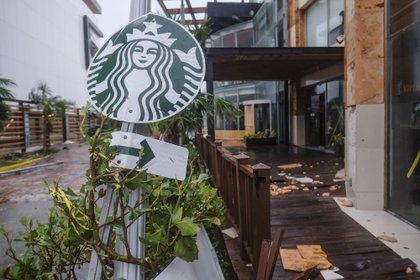 En Cancún, los vientos de Delta arrastraron algunos escombros y dañaron fachadas de edificios  (Foto: AP/Victor Ruiz Garcia)