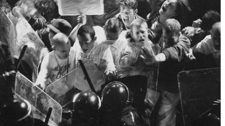 El choque entre policías y gays derivó en multitudinarias protestas