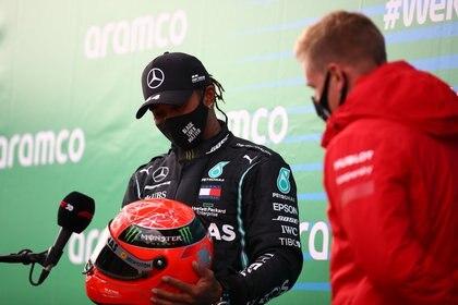 Mick Schumacher le entregó el casco a Hamilton (Foto: Reuters)
