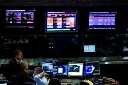 Operadores observan las pantallas con cotizaciones en el recinto de la Bolsa de Comercio de Buenos Aires. (Reuters)