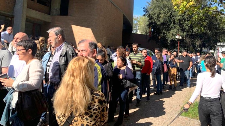 Argentinos residentes en Madrid hacen cola frente al Colegio Mayor Argentino para votar (Télam)