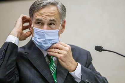 El gobernador de Texas, Greg Abbott, ajusta su máscara en Austin, Texas (Ricardo B. Brazziell/Austin American-Statesman vía AP)