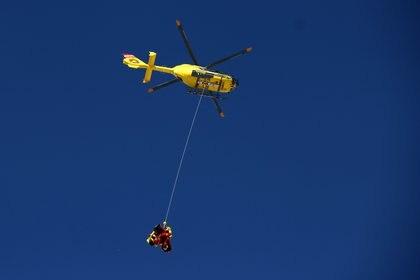 El competidor suizo es retirado de la pista con ayuda de un helicópero y fue trasladado a un hospital (REUTERS/Lisi Niesner)