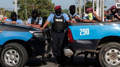 La policía nicaragüense bloquea una calle durante el estallido de las protestas de julio de 2018 (REUTERS/Oswaldo Rivas)