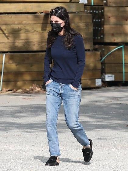 """Courteney Cox hizo shopping en el centro de Malibú, California. La actriz -popularmente conocida por su papel en """"Friends""""- fue vista ingresando a una tienda de jardinería. Con bajo perfil, tapabocas y sus manos en los bolsillos, llevaba puesto un jean y una remera manga larga"""