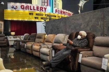 Alvin Williams tiene 66 años y es otro de los refugiados en local de venta de muebles (REUTERS/Go Nakamura)