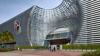 Se seleccionaron materiales de última generación, se utilizaron en el desarrollo de líneas curvas, esféricas, quebradas, a lo largo de todo el perímetro del edificio, interactuando con muros verdes estratégicamente ubicados, y en particular con las resoluciones formales de los grandes atrios(Prensa Estudio BMA)