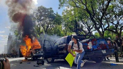 Durante la marcha, los manifestantes quemaron una patrulla e incluso intentaron quemar a un policía. (Foto: Cortesía)