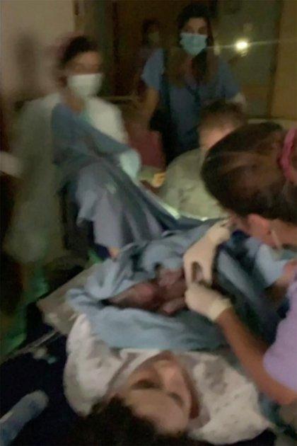 El equipo médico durante el trabajo de parto.