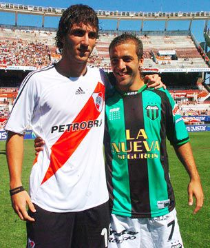 Gonzalo y Federico Higuaín, durante un partido entre River y Nueva Chicago (TELAM)