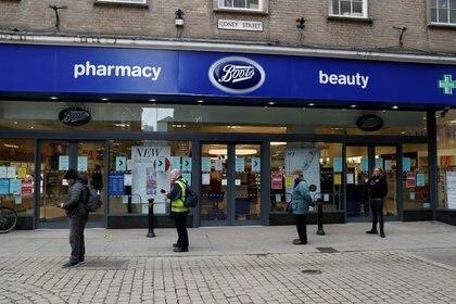 Imagen de archivo de personas haciendo fila afuera de una farmacia Boots en medio de la pandemia de coronavirus, en York, Reino Unido. 31 de marzo, 2020. REUTERS/Lee Smith