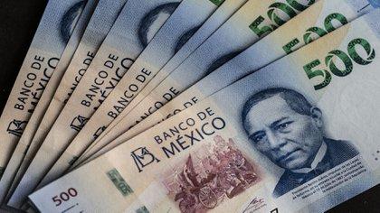 El peso mexicano, que ha caído 21% este año, extendió su descenso después de la rebaja.