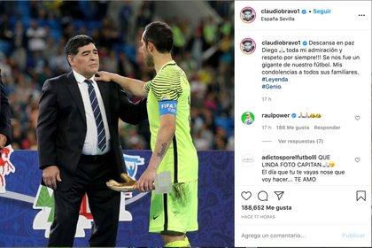 """En la misma instancia, Claudio Bravo conversó con Maradona. Con la foto del momento, el portero y capitán de """"La Roja"""" despidió al """"10"""""""