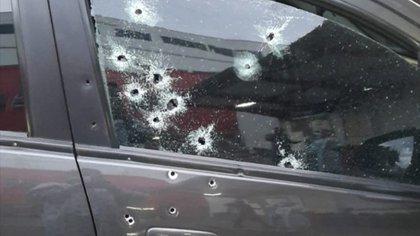 Así quedó el vehículo en el que se movilizaba William Gutiérrez, director de Alfa Estéreo. Foto: Twitter - Ricardo Areiza